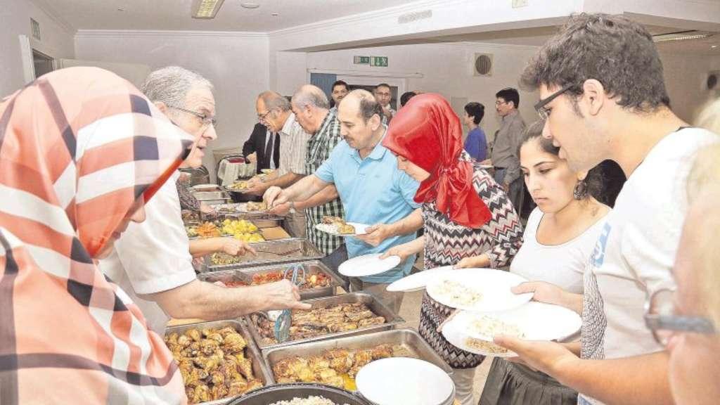 muslime laden zum iftar essen im ramadan ein remscheid. Black Bedroom Furniture Sets. Home Design Ideas