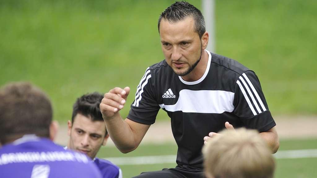 DTV-Trainer Acar Sar stimmte sein Schützlinge gut auf die Partie in Burscheid ein. Foto: batte
