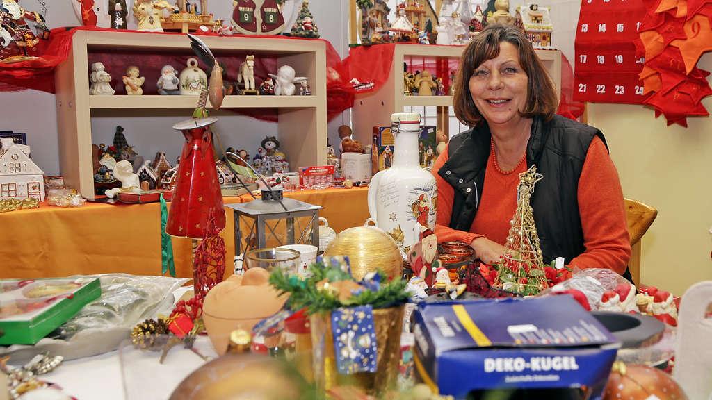 Kerstin Kaschub, Leiterin des Sozialkaufhauses Remscheid, zeigt die Adventsausstellung, die heute für den Verkauf geöffnet wird. Foto: Michael Sieber
