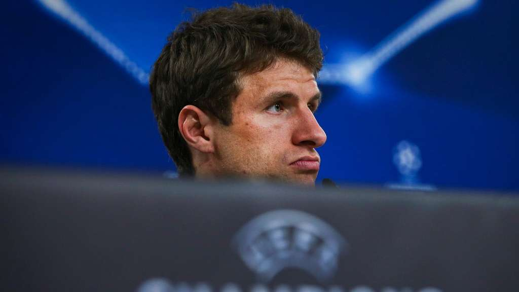 epa05255918 Bayern Munich&#39s player Thomas Mueller attends a press conference at Luz stadium, in Lisbon, Portugal, 12 April 2016. Bayern Munich will play against Benfica in an UEFA Champions League quarterfinal second leg match on 13 April 2016. EPA/MARIO CRUZ +++(c) dpa - Bildfunk+++