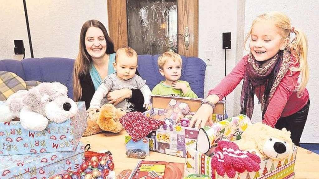 Weihnachten im Schuhkarton: Kinder verpacken Geschenke | Hückeswagen