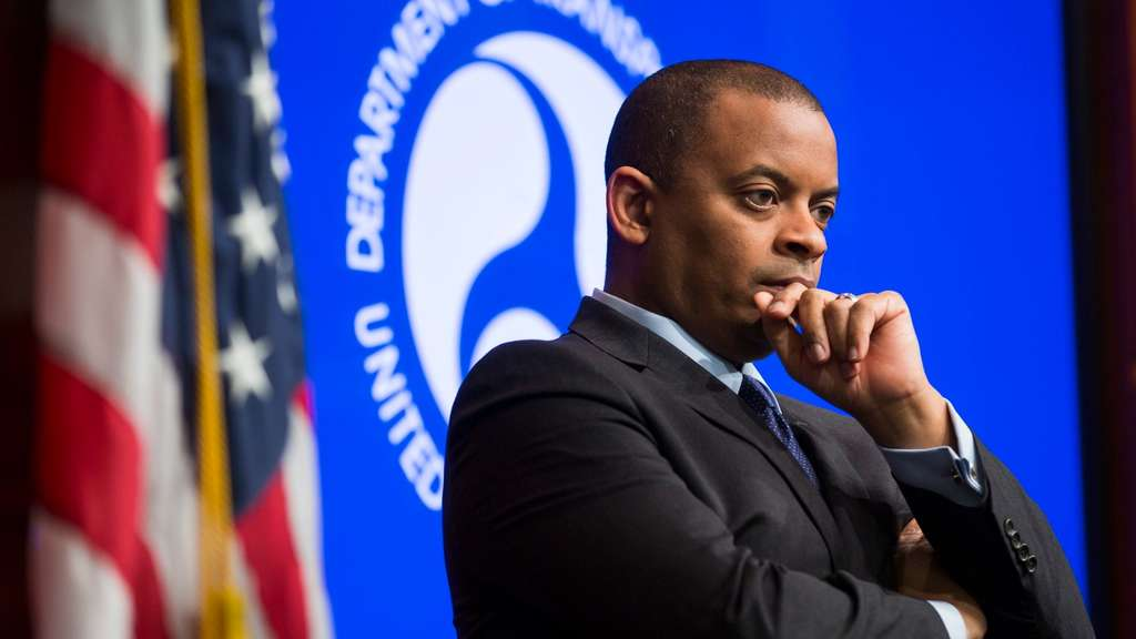 epa05009639 Transportation Secretary Anthony Foxx listens to National Highway Traffic Safety Administration (NHTSA) administrator Mark Rosekind (not pictured) after announcing that airbag manufacturer Takata will pay 70 million US dollars (63.7 million euros) in fines to car owners and regulators for airbag malfunctions, at the Department of Transportation in Washington, DC, USA, 03 November 2015. Takata may face an additional fine of 130 million US dollars (118 million euros) from the NHTSA. EPA/JIM LO SCALZO +++(c) dpa - Bildfunk+++