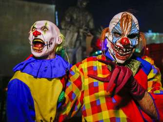 """Creepy Clowns"" - Menschen in Clownskostümen"