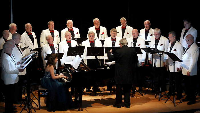 Schicke Sänger, hoher Anspruch, begeistertes Publikum: Das Herbst-Konzert des Gus-Anton-Chors in der Klosterkirche. Foto: Doro Siewert