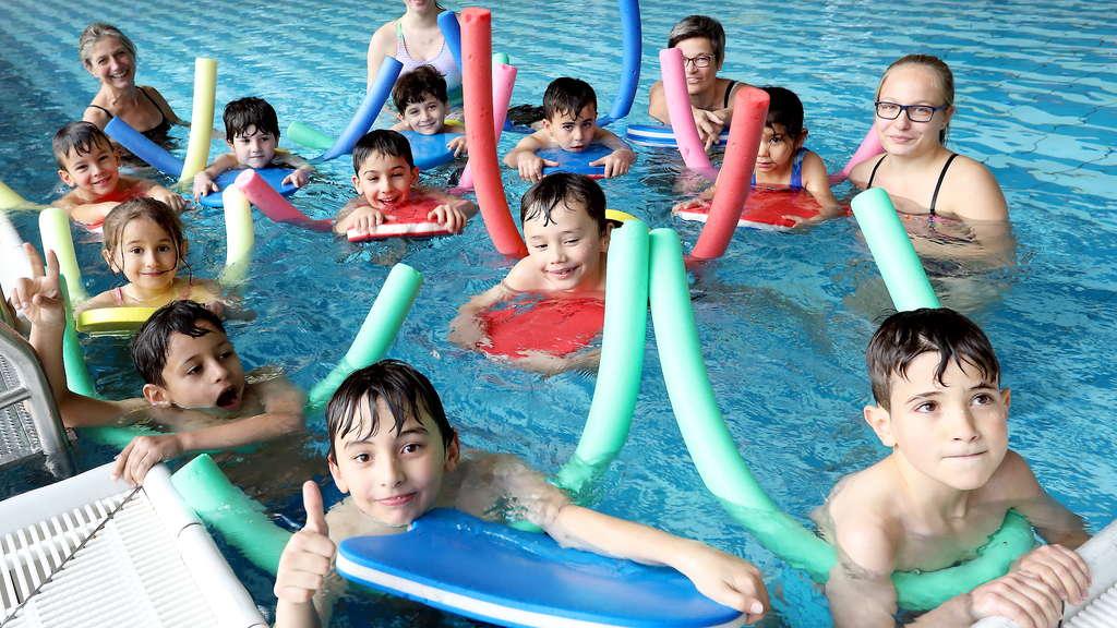 66 fl chtlinge lernen im sportbad schwimmen remscheid. Black Bedroom Furniture Sets. Home Design Ideas