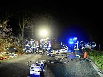 Die Einsatzkräfte mussten die Unfallopfer aus ihrem Fahrzeug herausschneiden. Foto: Ralf Kollmann