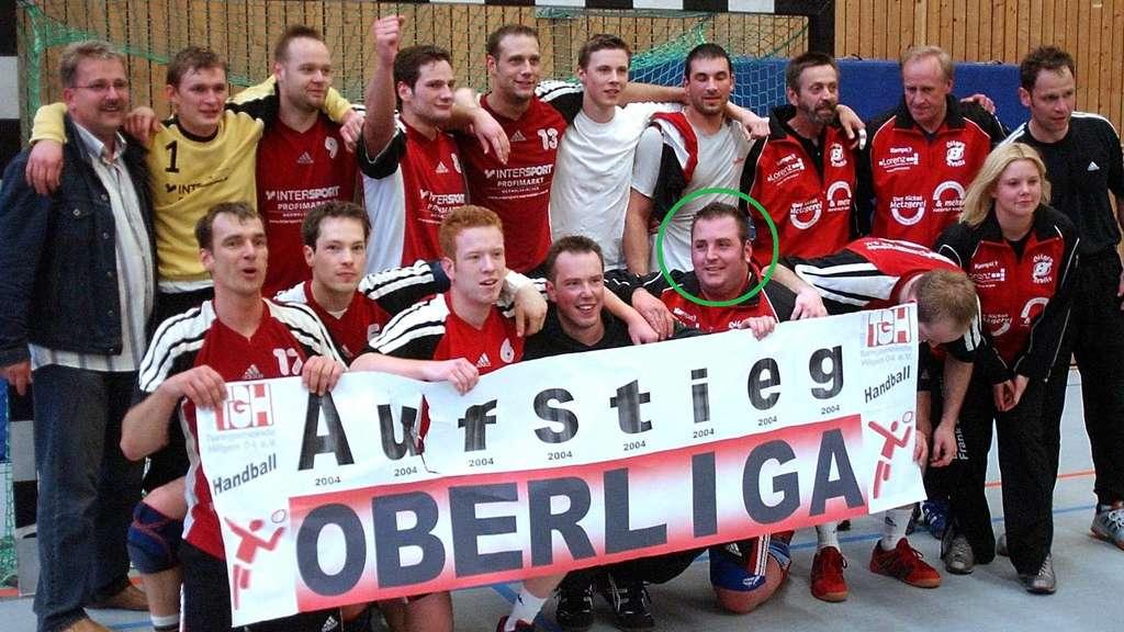 Im Jahr 2004 ist die damalige TG Hilgen in die Handball-Oberliga aufgestiegen. Kai Middendorf, der Kopf ist eingekreist, hatte daran damals großen Anteil. Foto: RGA-Archiv