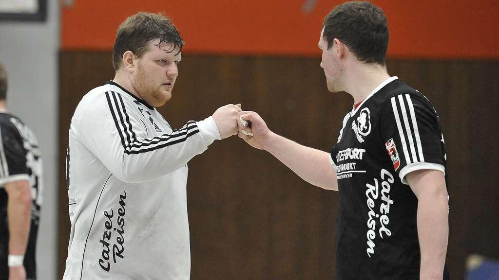 Faust drauf – auch Maximilian Conzen (l.) und Justus Ueberholz haben ihre Verträge beim Handball-Drittligisten HSG Bergische Panther verlängert. Archivfoto: Holger Battefeld